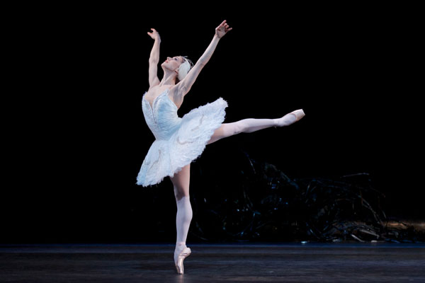 Swan Lake. Photography by Alice Pennefather, courtesy of ROH