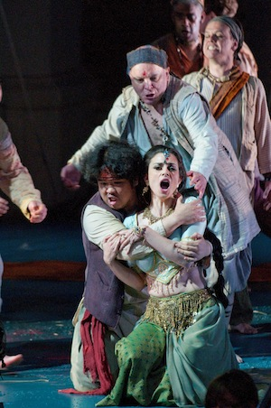 Pearl Fishers 179 - Soula Parassidis as Leila and Jung Soo Yun as Nadir. Cr Fritz Curzon